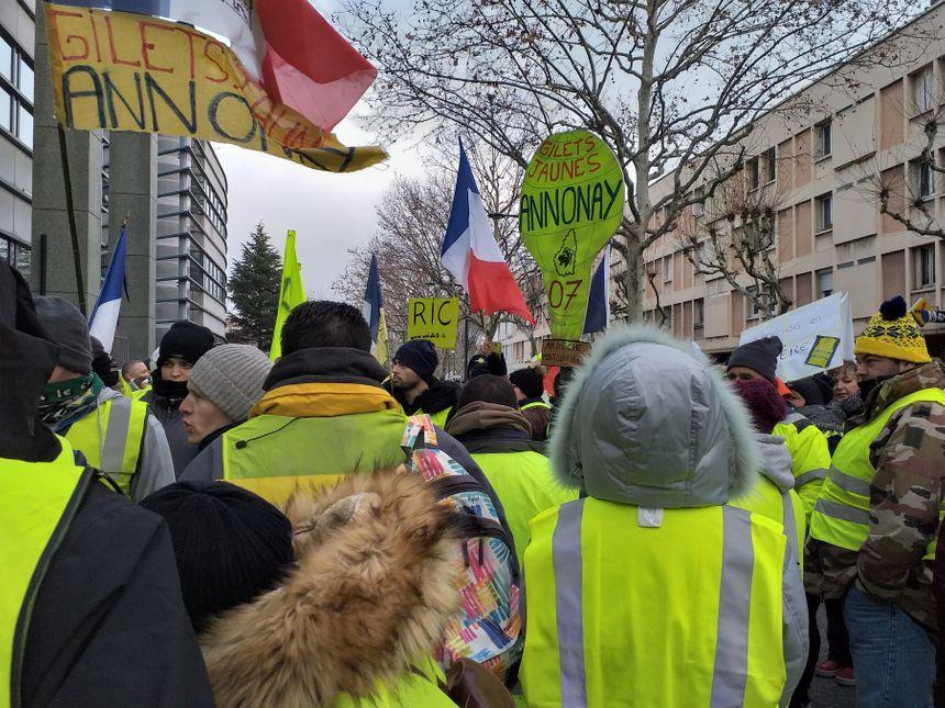 Une cinquantaine de gilets jaunes ont fait le déplacement d'Annonay et de Davézieux pour participer à la marche.