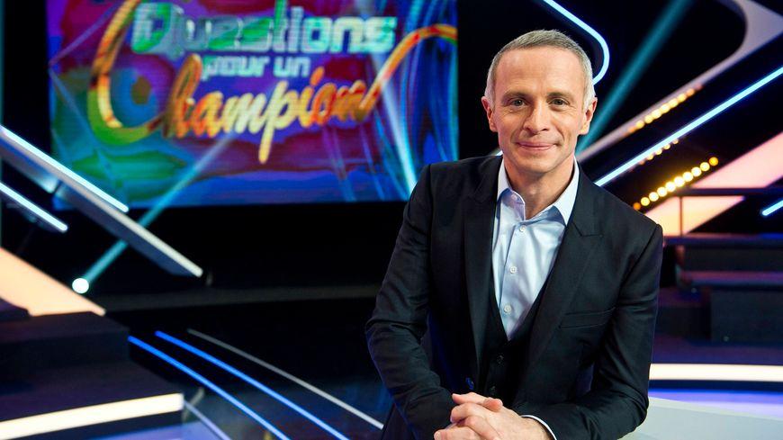"""Samuel Etienne, le présentateur du jeu """"Questions pour un champion"""""""