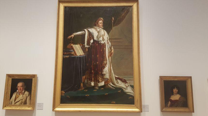 Les œuvres du peintre Girodet comme ce Napoléon en costume impérial figurent en bonne place