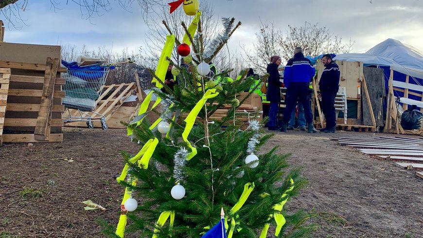 Le sapin de Noël devrait rester symboliquement sur le rond-point d'Orval.