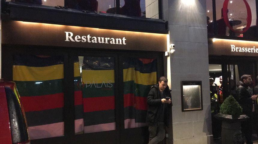 Les pompiers ont installé un poste médical dans le restaurant le Palais. Des rideaux sont tirés pour cacher les blessés légers soignés ici