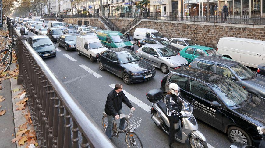 Circulation dense à Paris.