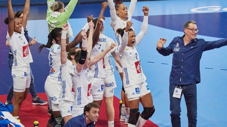 La joie des handballeuses françaises après leur large victoire face au Danemark à Nantes.
