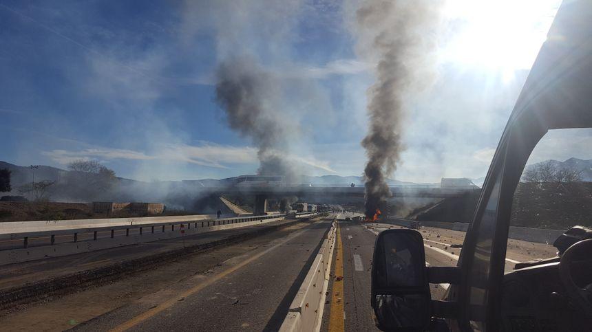 Les Gilets jaunes ont allumé des feux sur l'autoroute