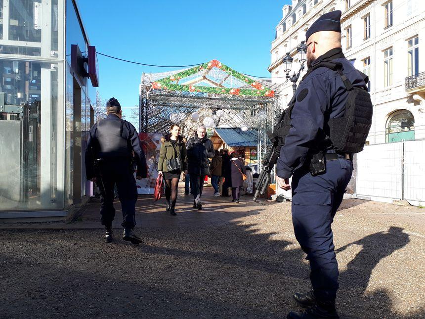 La présence policière et armée a été renforcée aux abords du marché de Noël de Bordeaux