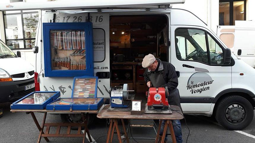 Le camion atelier de Bernard Boulay sur le marché de Château-Thierry