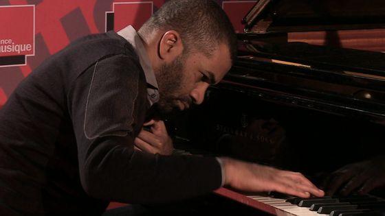 """Le pianiste Wilhem Latchoumia le 25 novembre 2014 au studio 107 de la Maison de la Radio, dans le cadre de la """"Matinale culturelle""""."""