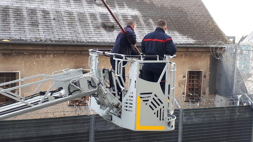 Les pompiers ont récupéré les nombreux colis lancés sur le toit de la prison