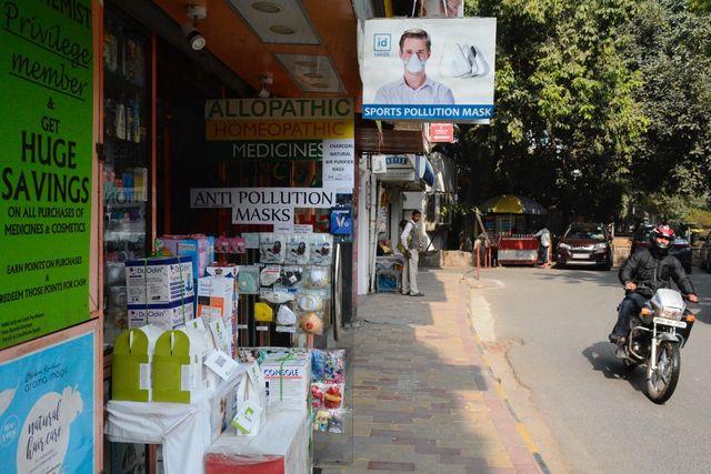 Une des pharmacies de Defence Colony, dans le sud de New Delhi, s'est transformé en petit arsenal anti-pollution.