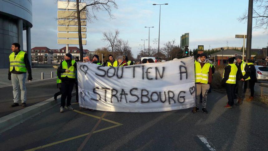 15 décembre à Colmar, une centaine de gilets jaunes ont organisé une marche blanche et silencieuse.