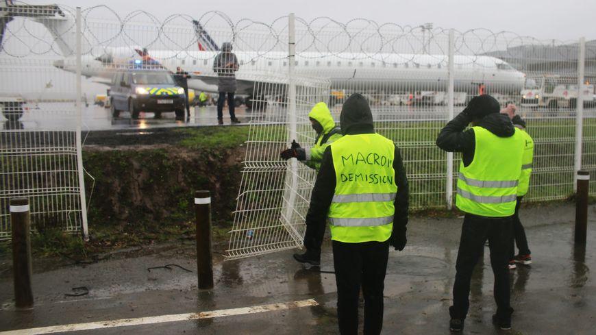 Irruption des gilets jaunes sur le tarmac de l'aéroport de Nantes ce samedi 1er décembre.