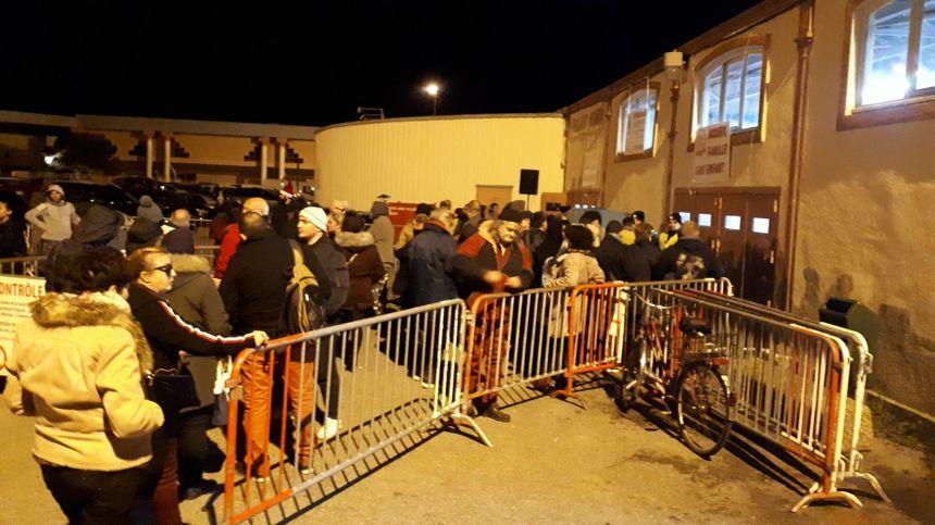 A 19 heures, déjà une file d'attente devant le parc des expositions de Valence