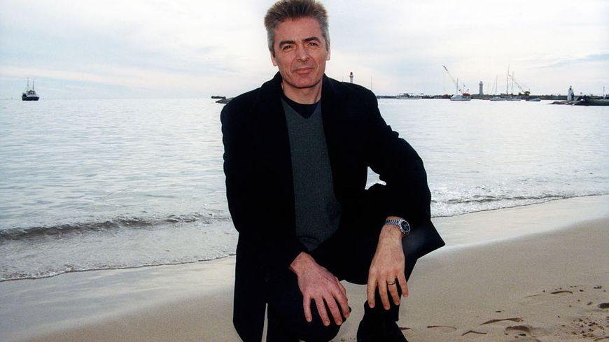 Le chanteur Daniel Lavoie sur la plage le 18 janvier 1998 à Cannes.