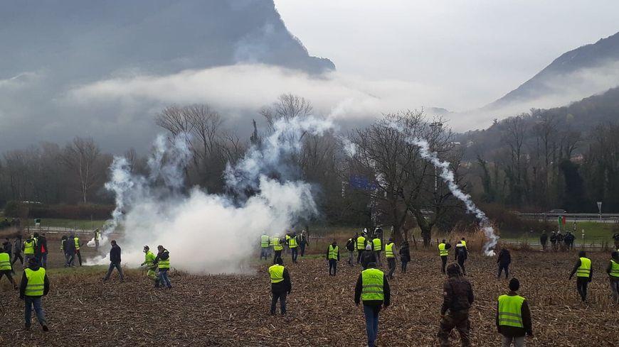 """Des affrontements ont eu lieu samedi entre """"gilets jaunes"""" et forces de l'ordre près du péage de Voreppe (Isère)."""