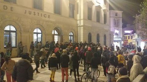 Après l'audience, une cinquantaine de personnes se sont rassemblées devant le tribunal pour soutenir les condamnés.