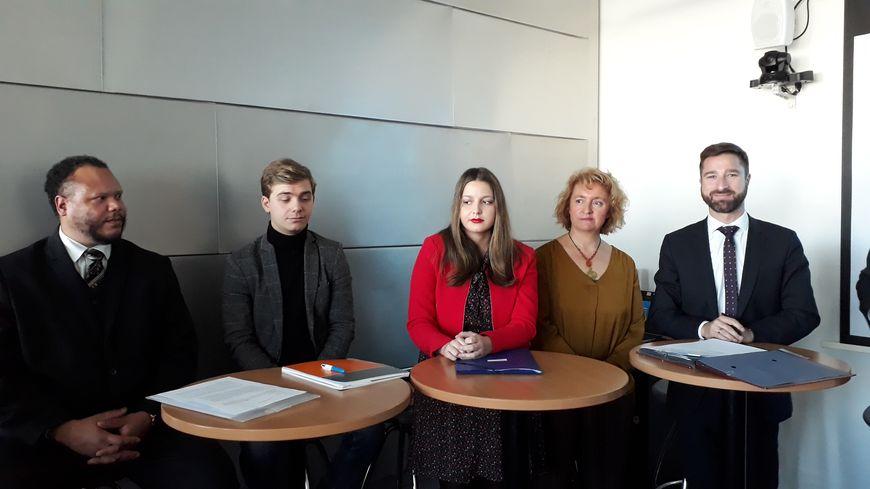 Les trois étudiants, la responsable du projet à GEM et le directeur de Modis signent la convention