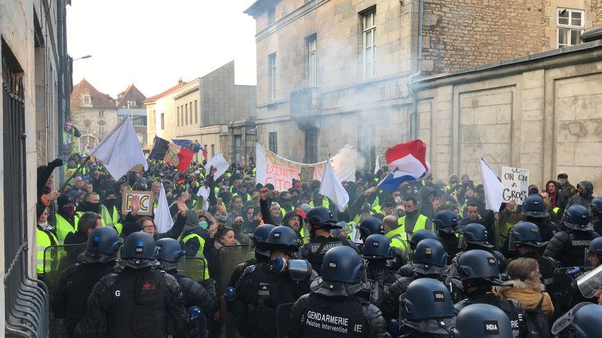 Les gilets jaunes face aux CRS dans la rue de la Préfecture à Besançon