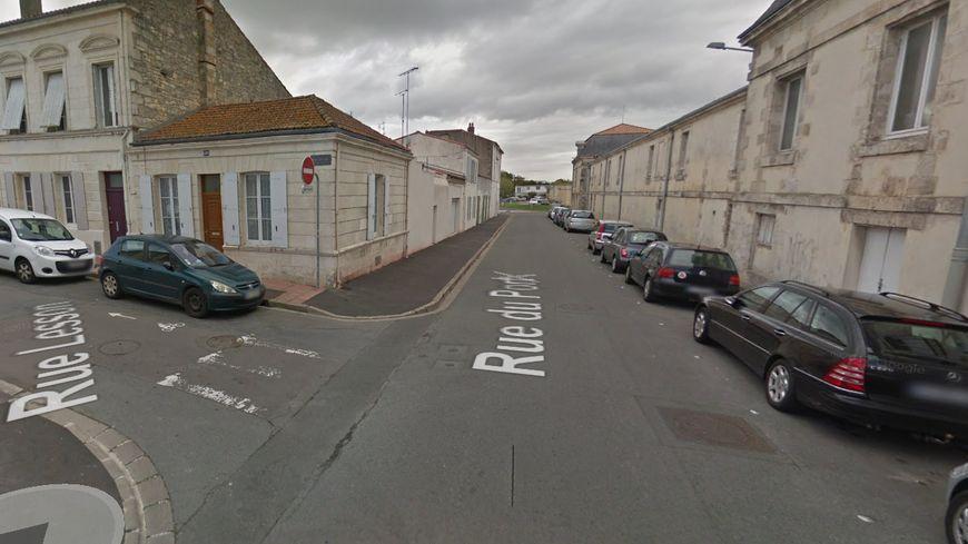 Plusieurs voitures ont brûlé, notamment dans la rue du Port et la rue Lesson (à gauche).