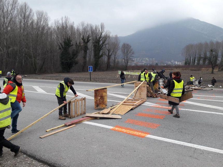 Certains manifestants ont décidé d'ériger des barricades sur la route, déjà bloquée par les gendarmes