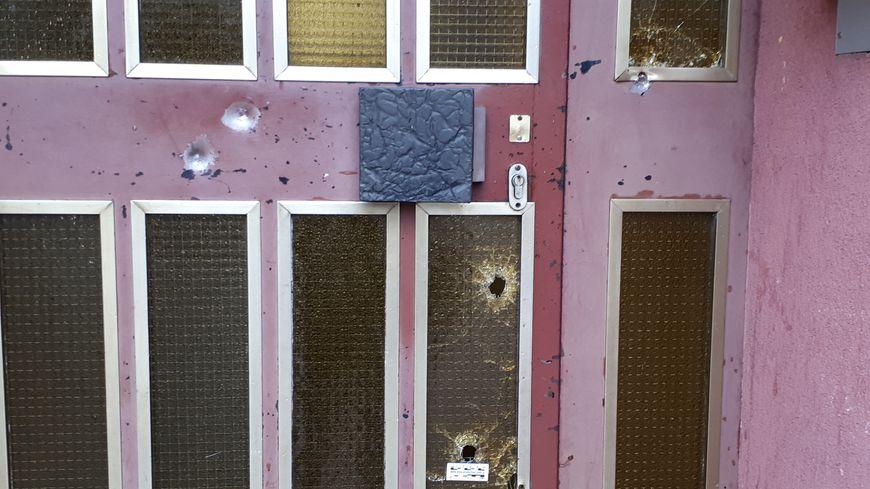 Au 74 rue du Lazaret à Strasbourg Neudorf, le lieu où le tireur de la fusillade du marché de Noel a été abattu.