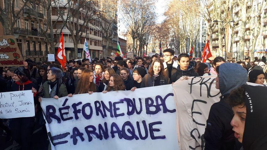 1200 à 2500 lycéens avec les enseignants défilent à Toulouse contre la réforme du lycée et contre la sélection