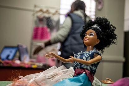 """La """"Denim Dungaree"""", une poupée fabriquée par Momppy Mpoppy en Afrique du Sud."""