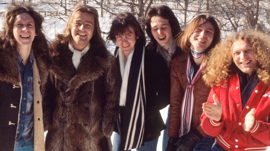 Foreigner : portrait de groupe, New York, 7 février 1977. De gauche à droite :  Dennis Elliott, Ed Gagliardi, Al Greenwood, Mick Jones, Lou Gramm, Ian McDonald.