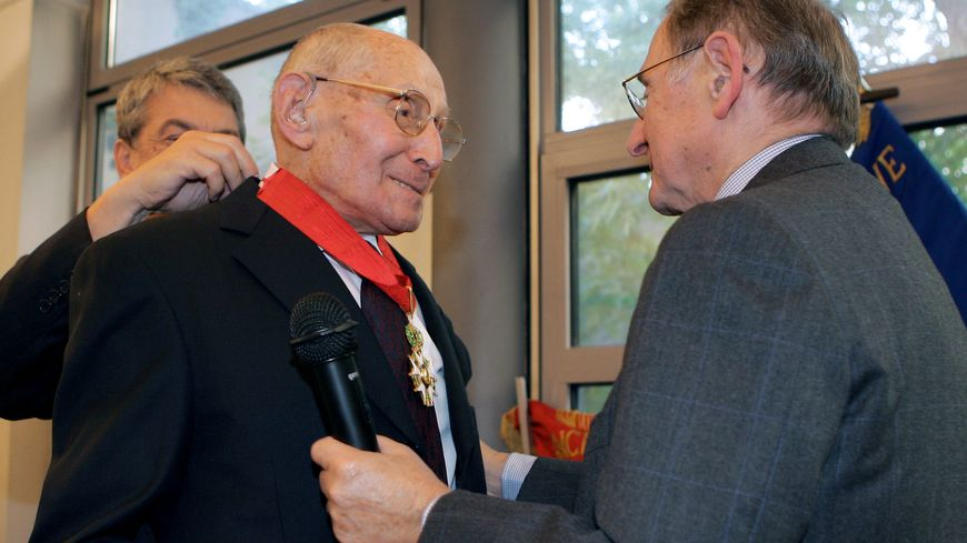 Georges Loinger reçoit les insignes de commandeur de la Légion d'honneur, le 19 septembre 2005 à Paris