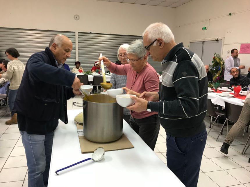 Ce sont les bénévoles qui ont préparé la soupe dans une grande marmite. Ils prévoient d'assurer une centaine de repas.