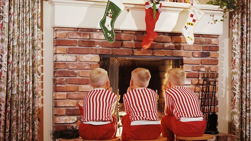 Des enfants devant la cheminée, mais qu'attendent-ils ?