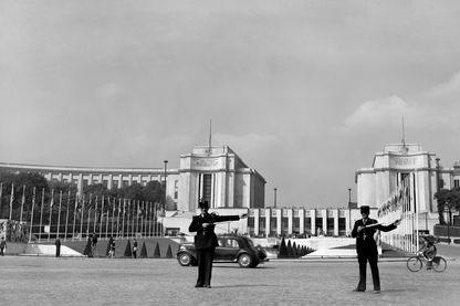 Le Palais de Chaillot, en 1948, où se tient l'Assemblée générale de l'ONU qui adopte la Déclaration universelle des droits de l'homme.