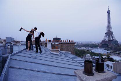 Un couple qui a peut-être vu trop de comédies romantiques et oublié que les toits de Paris sont glissants et dangereux, dans la vraie vie.