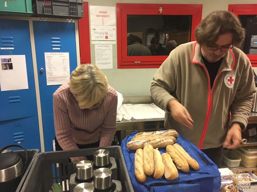 Pierre et Pascale préparent les sandwichs qu'ils distribueront aux SDF lors de la maraude du SAMU social.