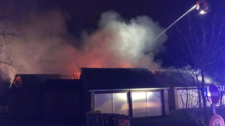 Les pompiers d'Ille-et-Vilaine en train d'éteindre l'incendie au Rhue ce dimanche matin
