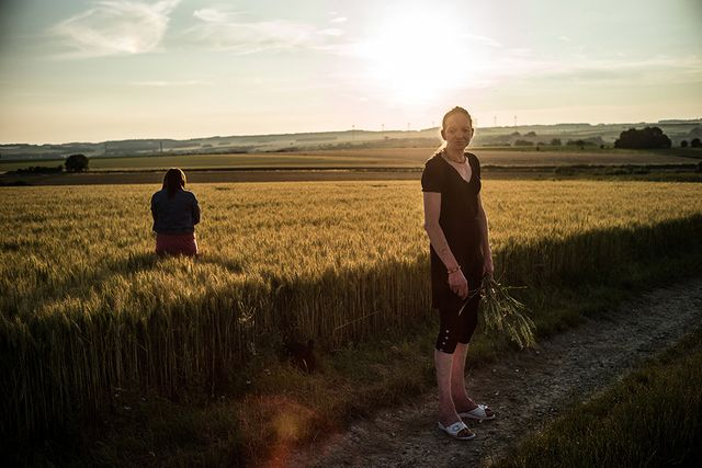 """Isabelle et Amandine. Promenade entre les champs. Série """"La vallée des oubliés"""", 2013-2018"""