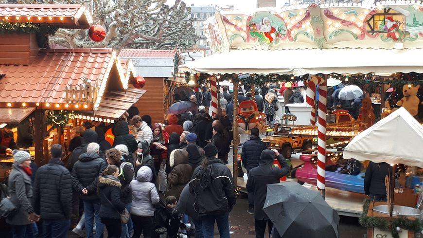 Il y avait du monde place Broglie pour le denier week-end du marché de Noël de Strasbourg.