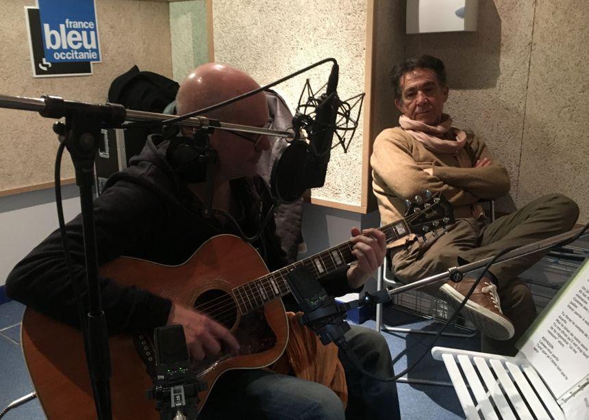 Le parolier Marc Estève veille de près sur Art Mengo en enregistrement...