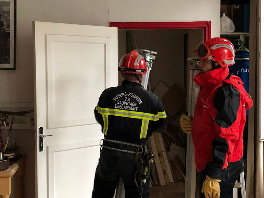 Les pompiers mettent en place l'étayage pour sécuriser le bâtiment.