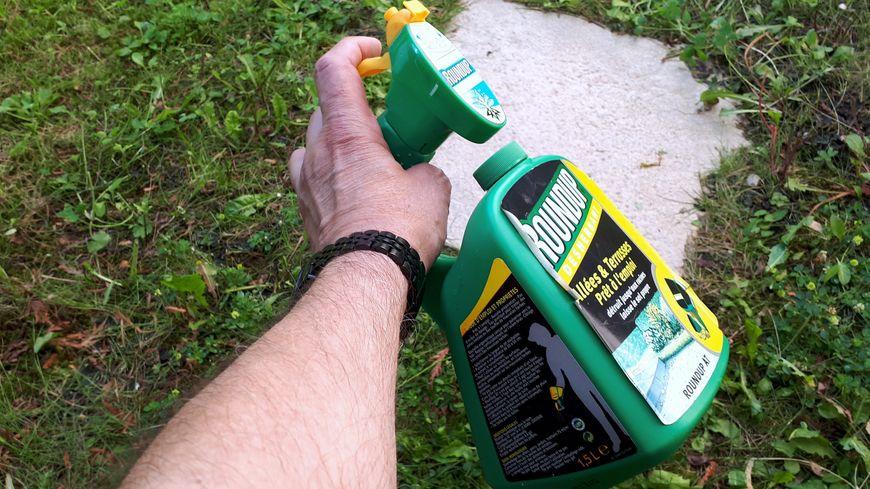 La loi impose désormais l'interdiction des pesticides chimiques comme le Roundup dans les jardineries.