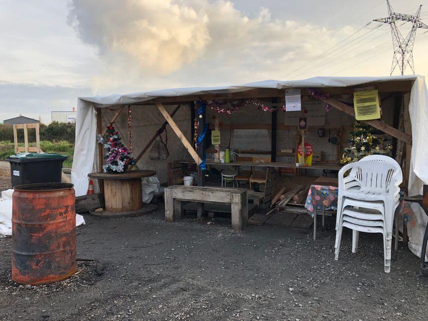 La cabane est située sur un parking