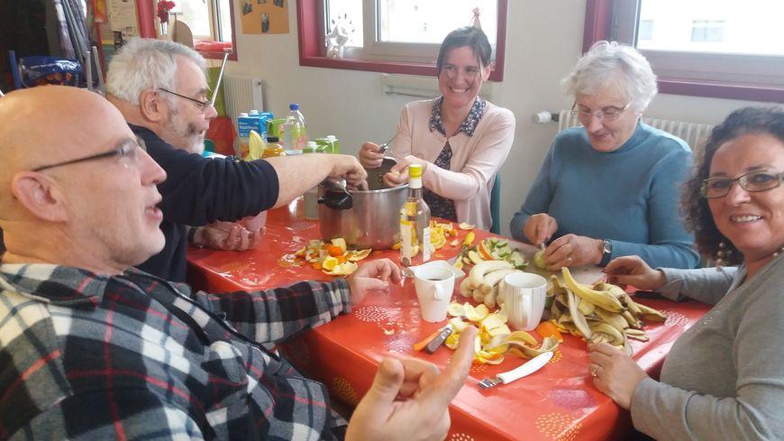 Certains habitants se sont réunis pour préparer le repas de Noël
