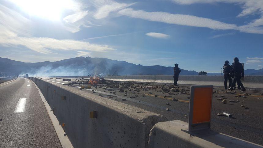 Des pierres lancées sur l'autoroute pour empêcher la circulation