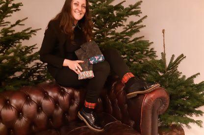 Lorène Garric avec ses revers amovibles fabriquées à partir de chutes de tissus