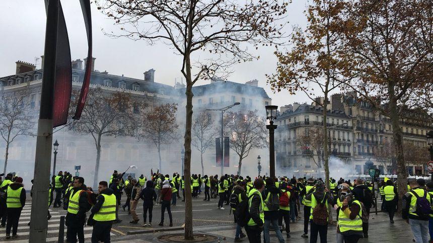 Des gilets jaunes sont rassemblés place de l'Etoile, à proximité des Champs-Elysées