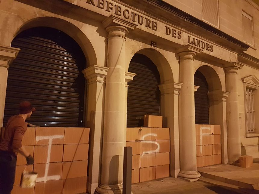 Les 3 entrées de la préfecture de Mont-de-Marsan murées cette nuit par les gilets jaunes