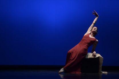 """Marie-Agnes Gillot, danseuse et chorégraphe française, dans le ballet """"Embers to Embers"""" (Biarritz, 07 septembre 2018)"""