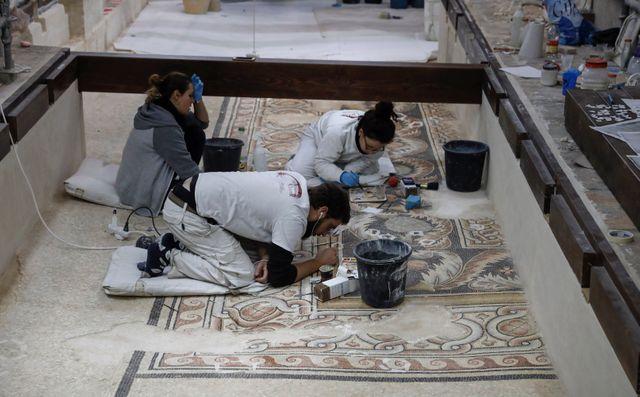 Des artisans d'art italiens restaurent les mosaïques dans la nef de la basilique de la Nativité