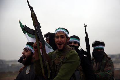 Miliciens syriens soutenus par la Turquie en route mardi 25 décembre vers la zone tenue par les Kurdes dans la région de Mambij. Ankara promet d'annihiler les guerriers kurdes alliés du PKK turc.