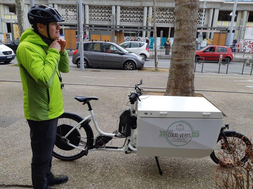 """Erwann et son vélo électrique en version """"cargo"""""""
