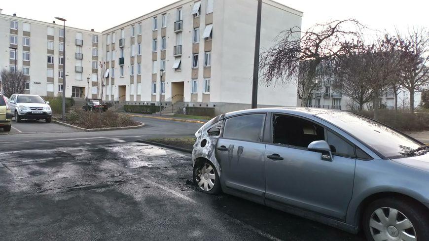 Sur ce parking, quatre voitures ont brûlé ce mardi soir au coeur du quartier de la Rabière
